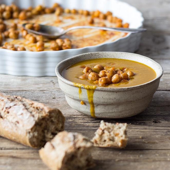 Kürbissuppe mit gebackenen Kichererbsen