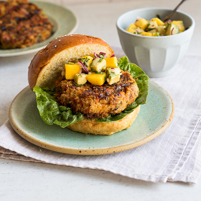 vegetarischer burger mit avocado mango topping. Black Bedroom Furniture Sets. Home Design Ideas