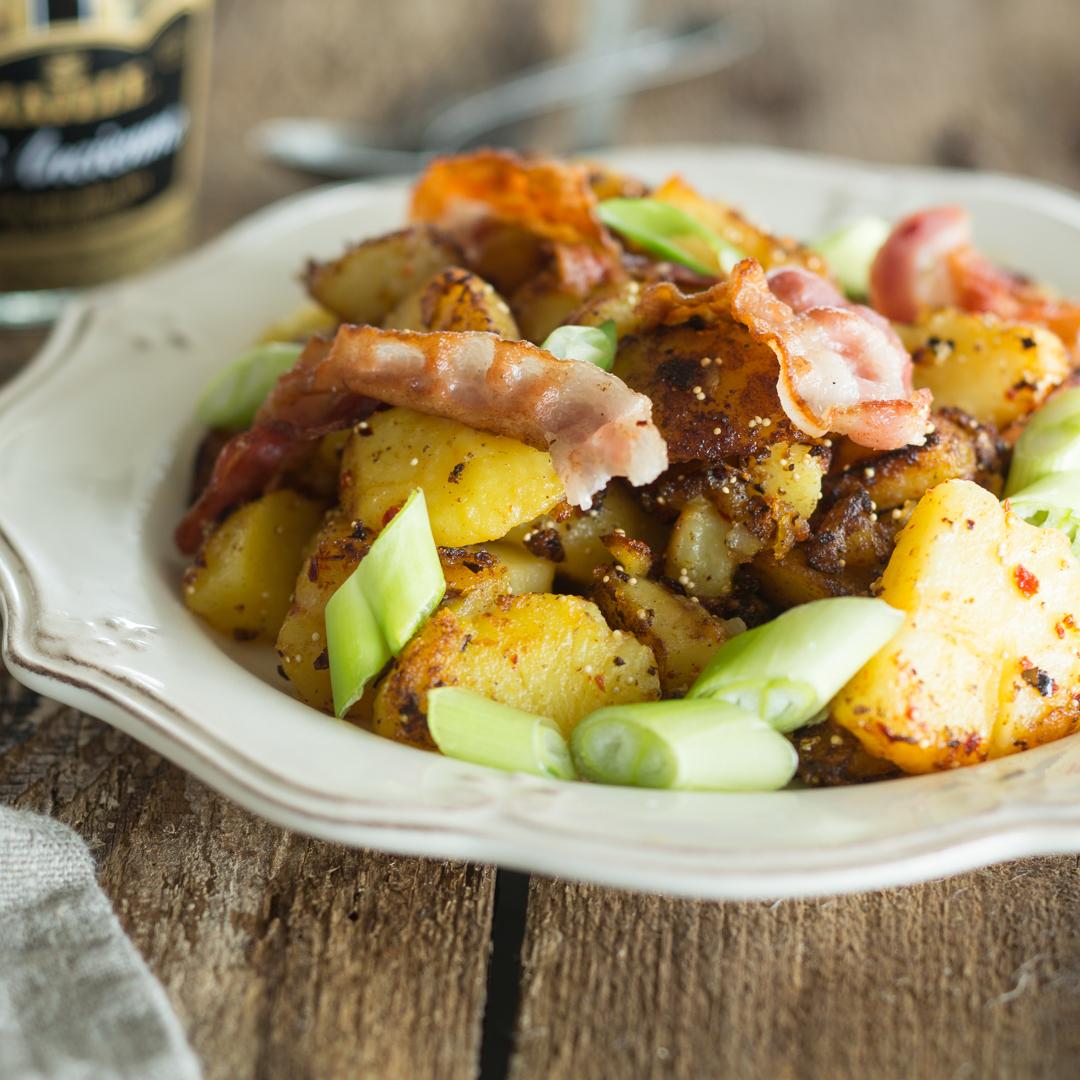 Bratkartoffeln Mit Speck Frühlingszwiebeln Und Senf Sauce