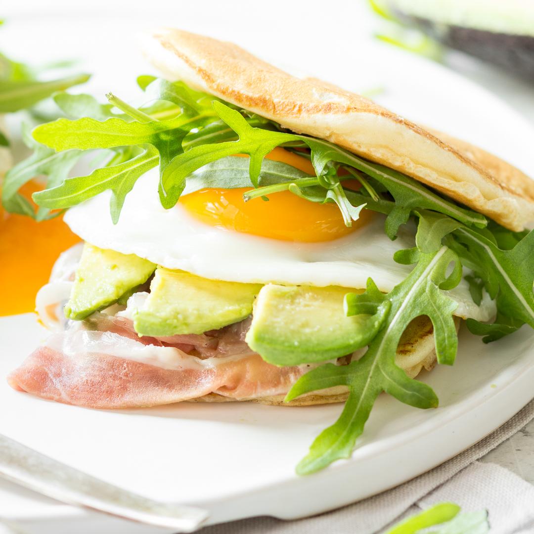 pancake hoch zwei fr hst cksburger mit avocado und schinken. Black Bedroom Furniture Sets. Home Design Ideas