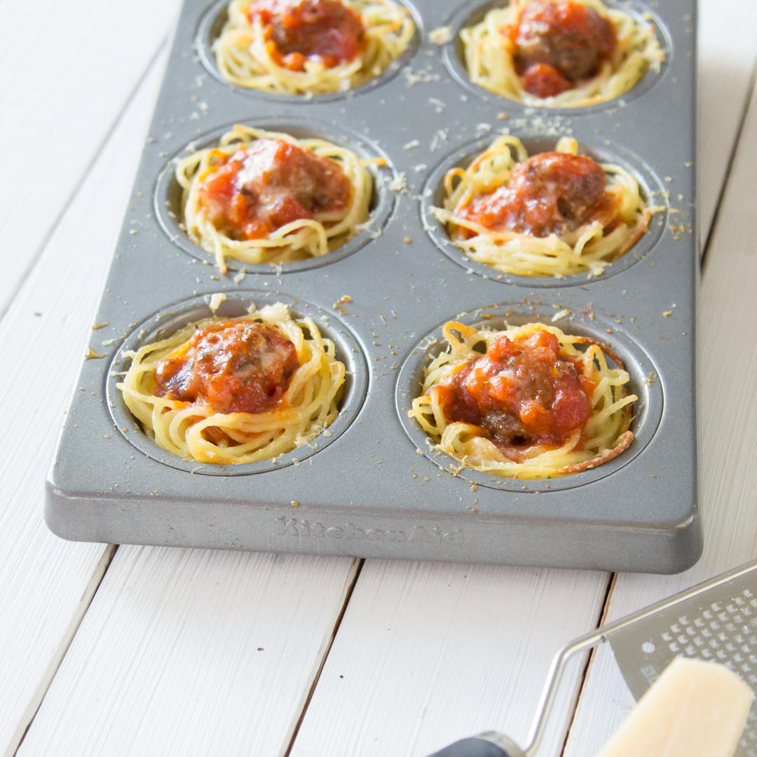 spaghetti muffins mit hackb llchen und tomatensauce. Black Bedroom Furniture Sets. Home Design Ideas