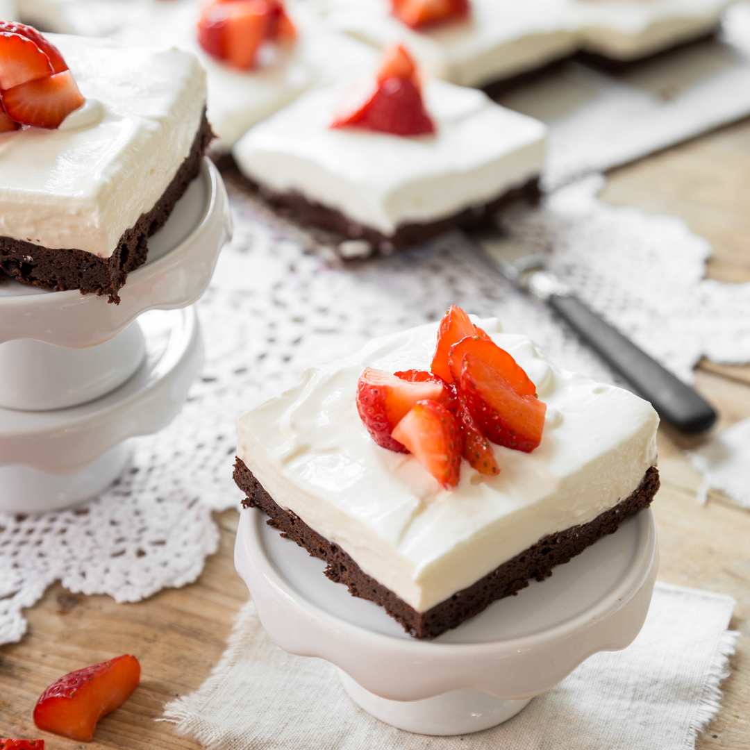 brownies mit cheesecakecreme und erdbeeren. Black Bedroom Furniture Sets. Home Design Ideas