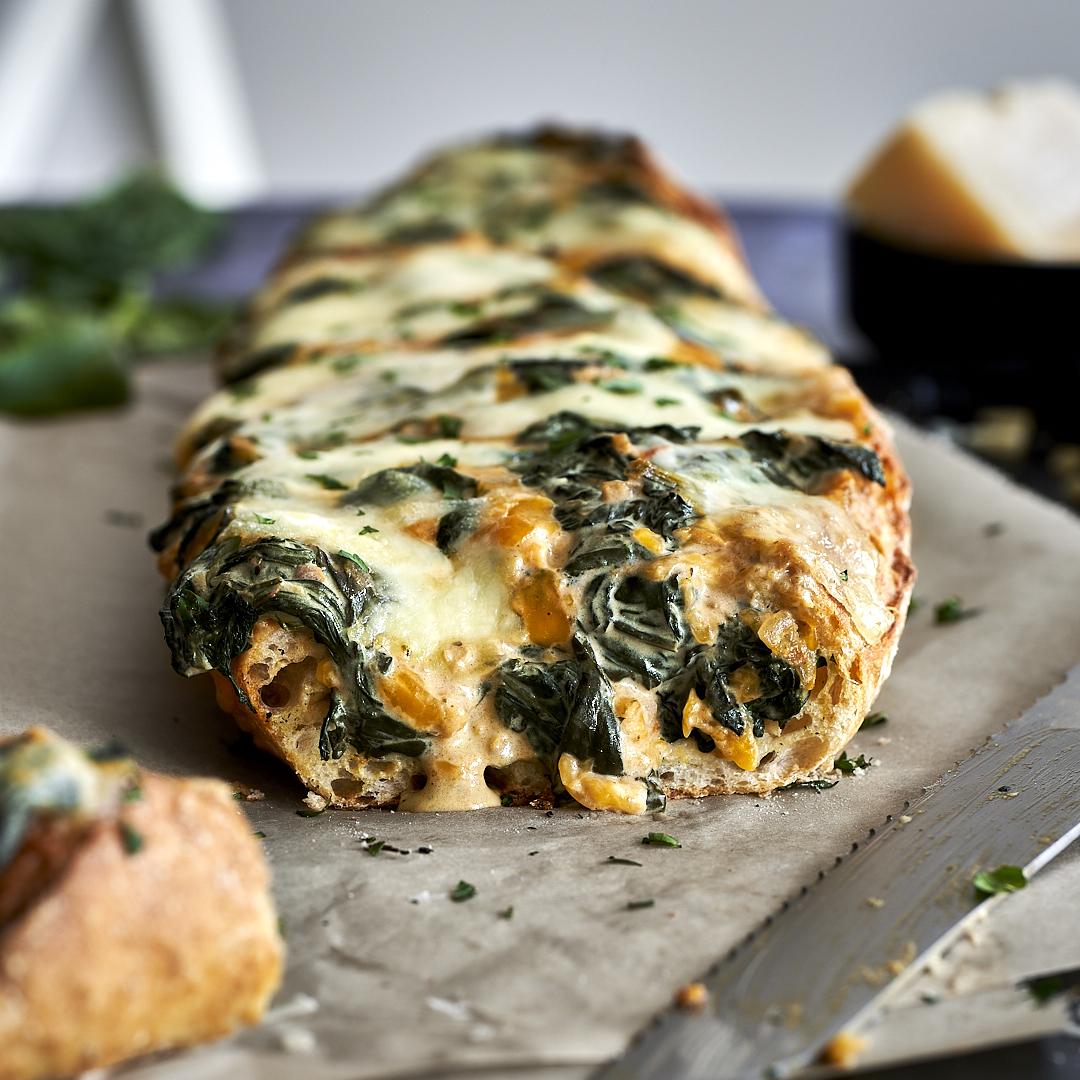 Baguette überbacken und gefüllt mit Spinat und Käse