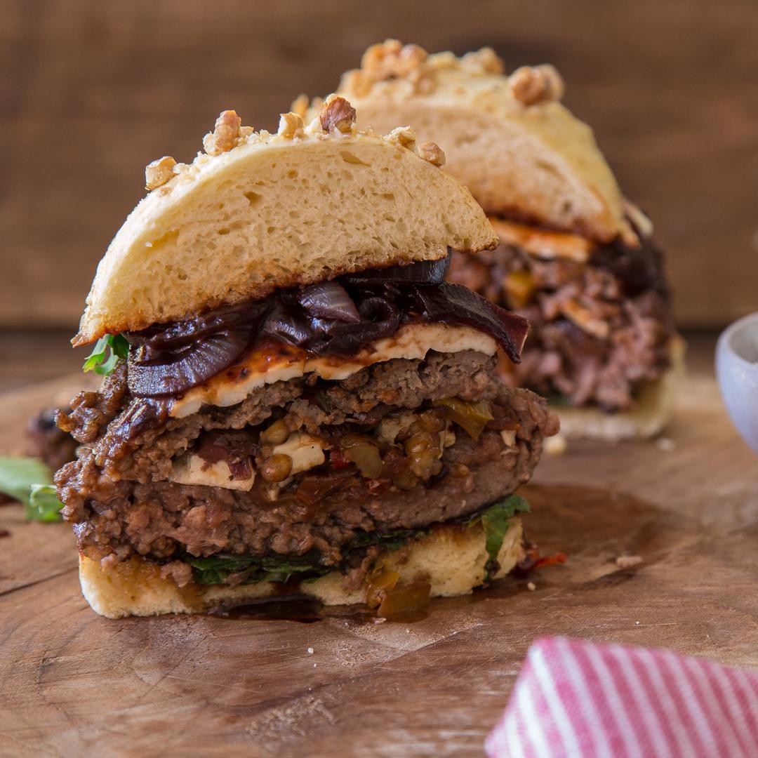 stuffed burger mit ratatouille feta und bourbon zwiebeln. Black Bedroom Furniture Sets. Home Design Ideas