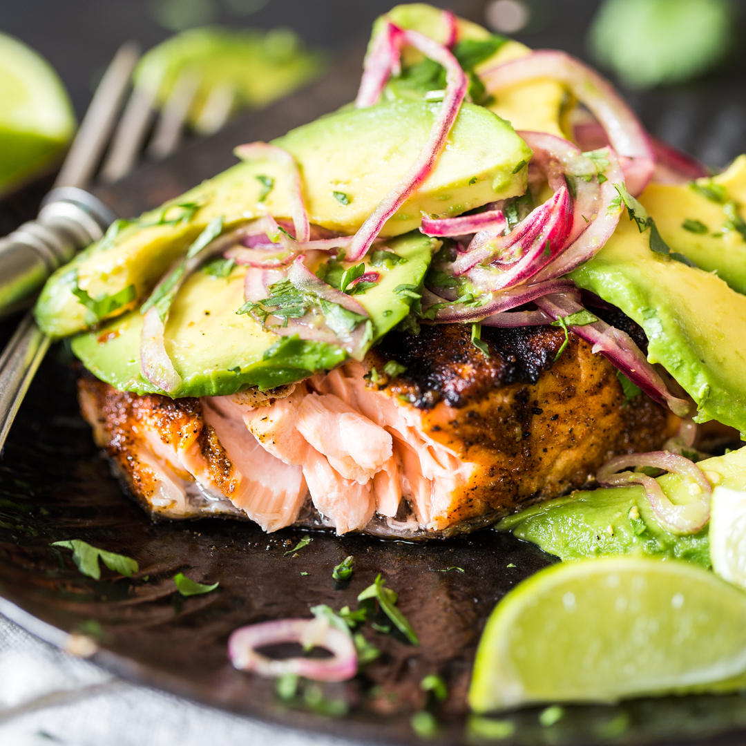 low carb vom rost gegrillter lachs mit avocado salsa. Black Bedroom Furniture Sets. Home Design Ideas
