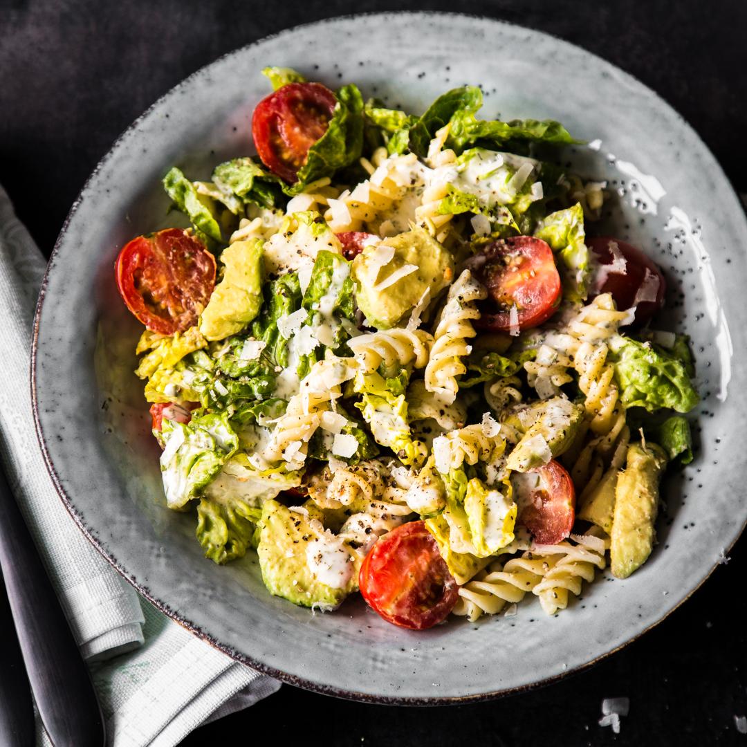 caesar salat mit pasta und avocado. Black Bedroom Furniture Sets. Home Design Ideas