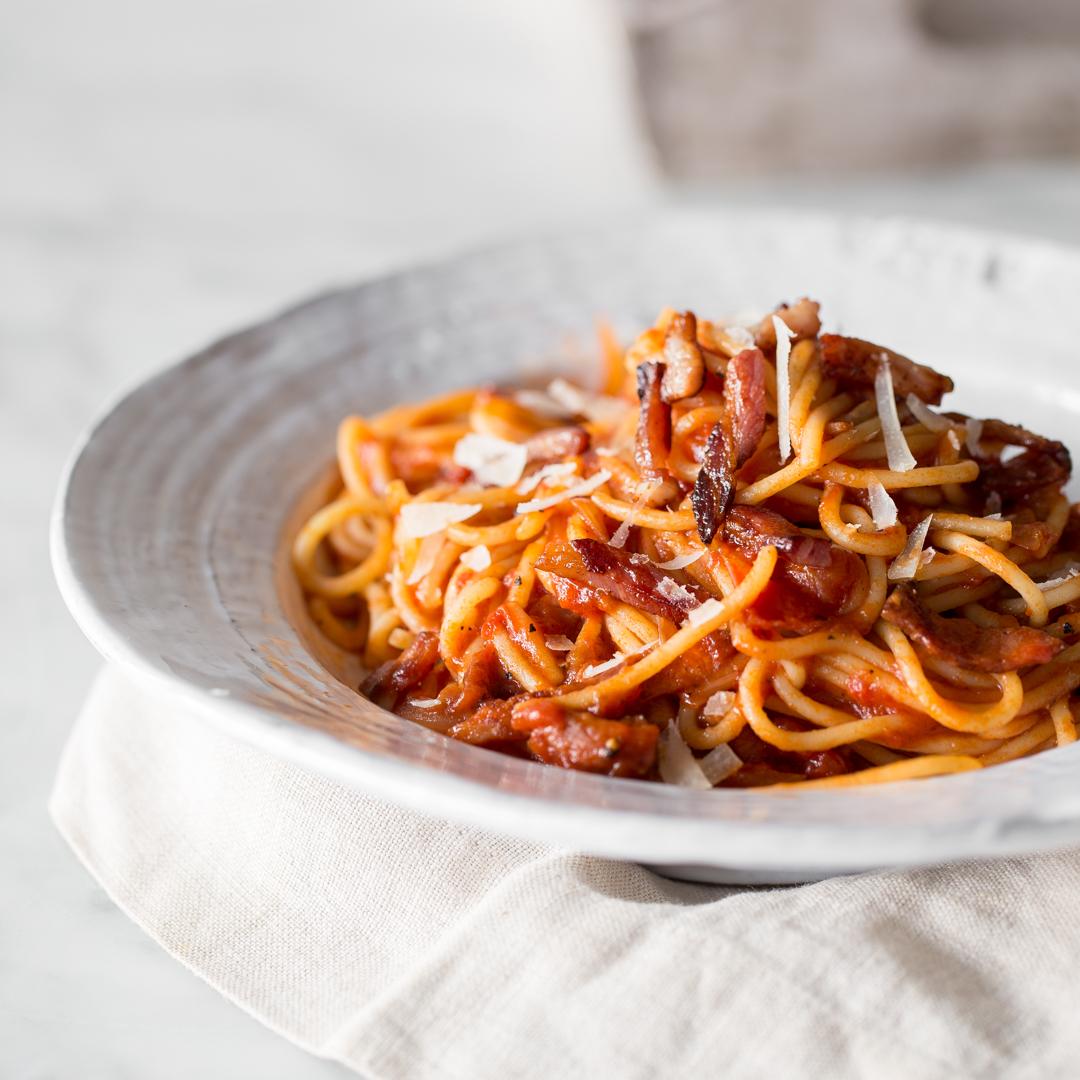 pasta klassiker auf dem teller spaghetti all 39 amatriciana. Black Bedroom Furniture Sets. Home Design Ideas
