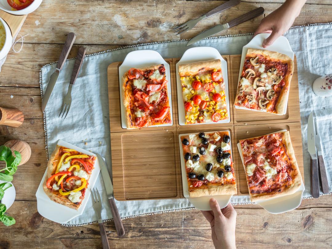 Buntbelegte Pizza vom Blech