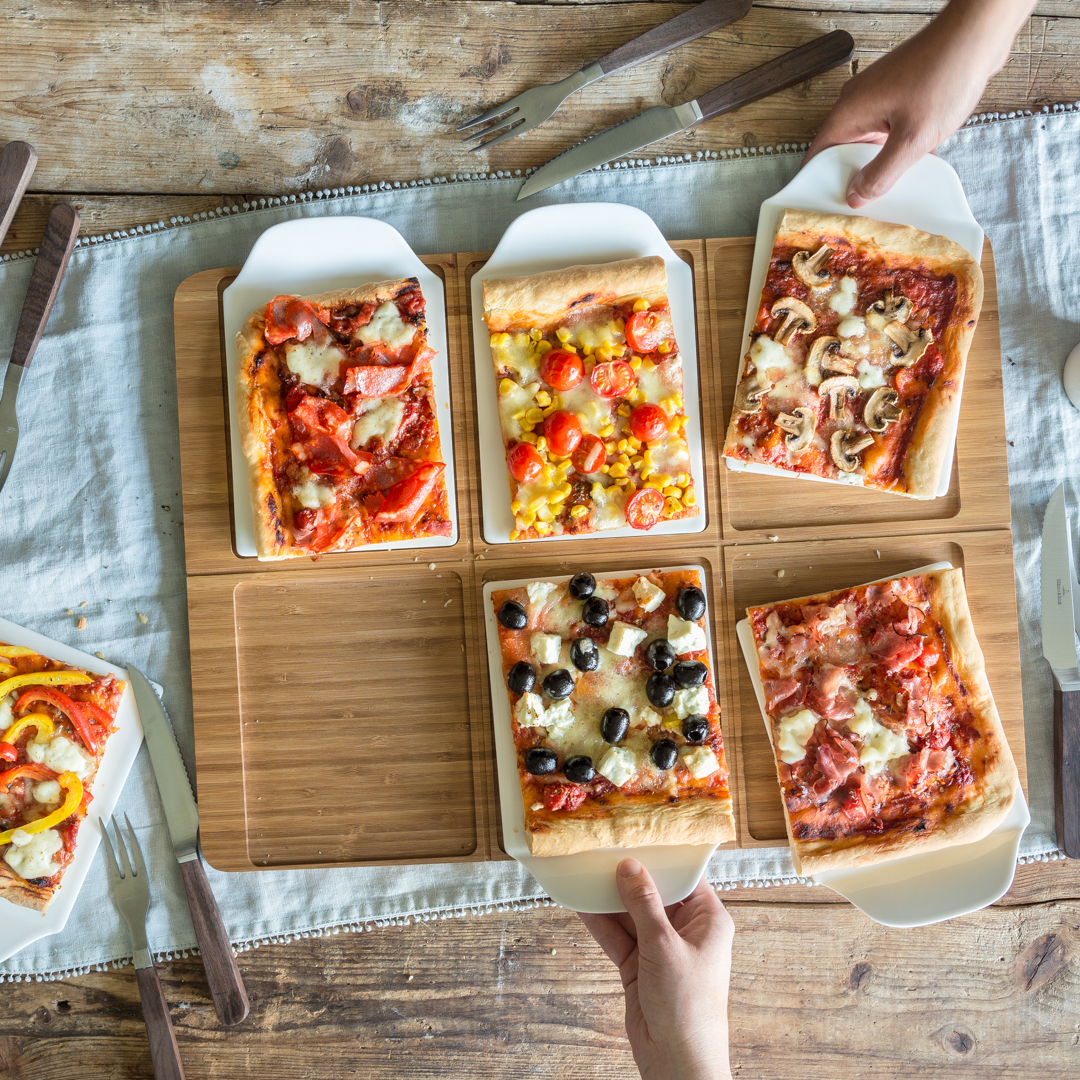 bunt belegte pizza vom blech. Black Bedroom Furniture Sets. Home Design Ideas
