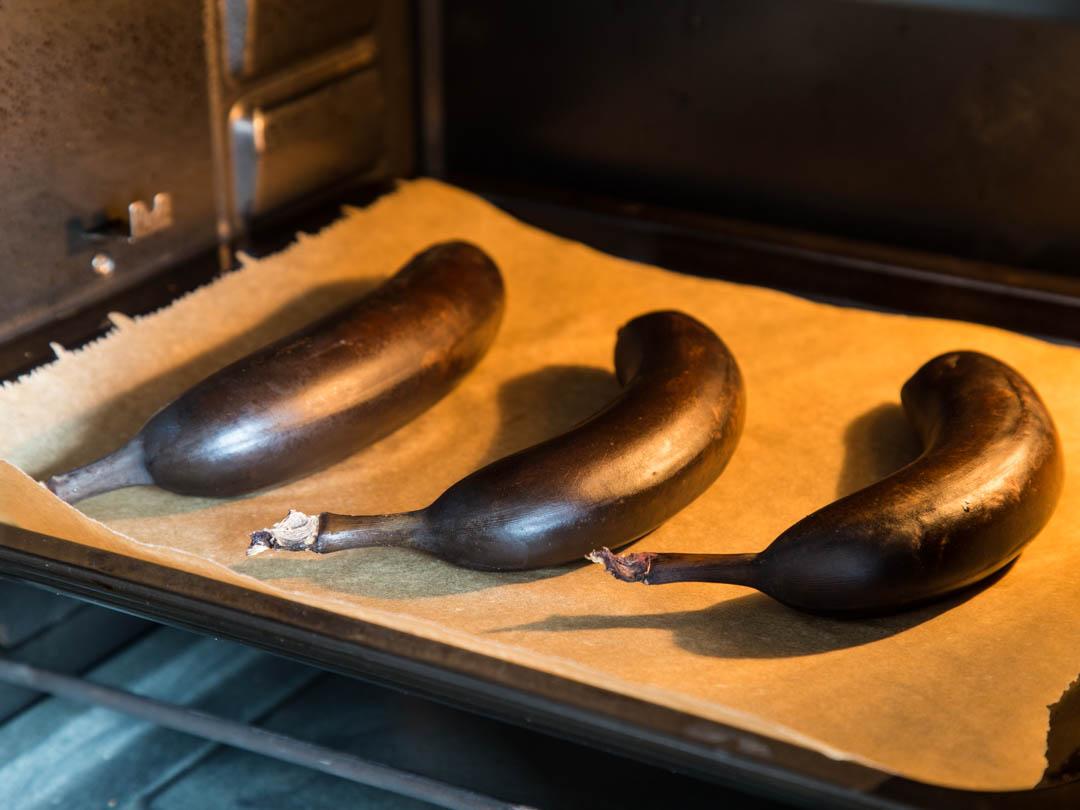 Im Ofen werden Bananen schnell weich - perfekt zum Backen.