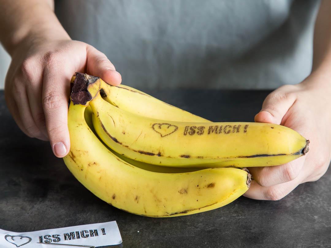 Sende mit einer Nadel und einer kleinen Vorlage nette Banana-Botschaften an deine Liebsten.