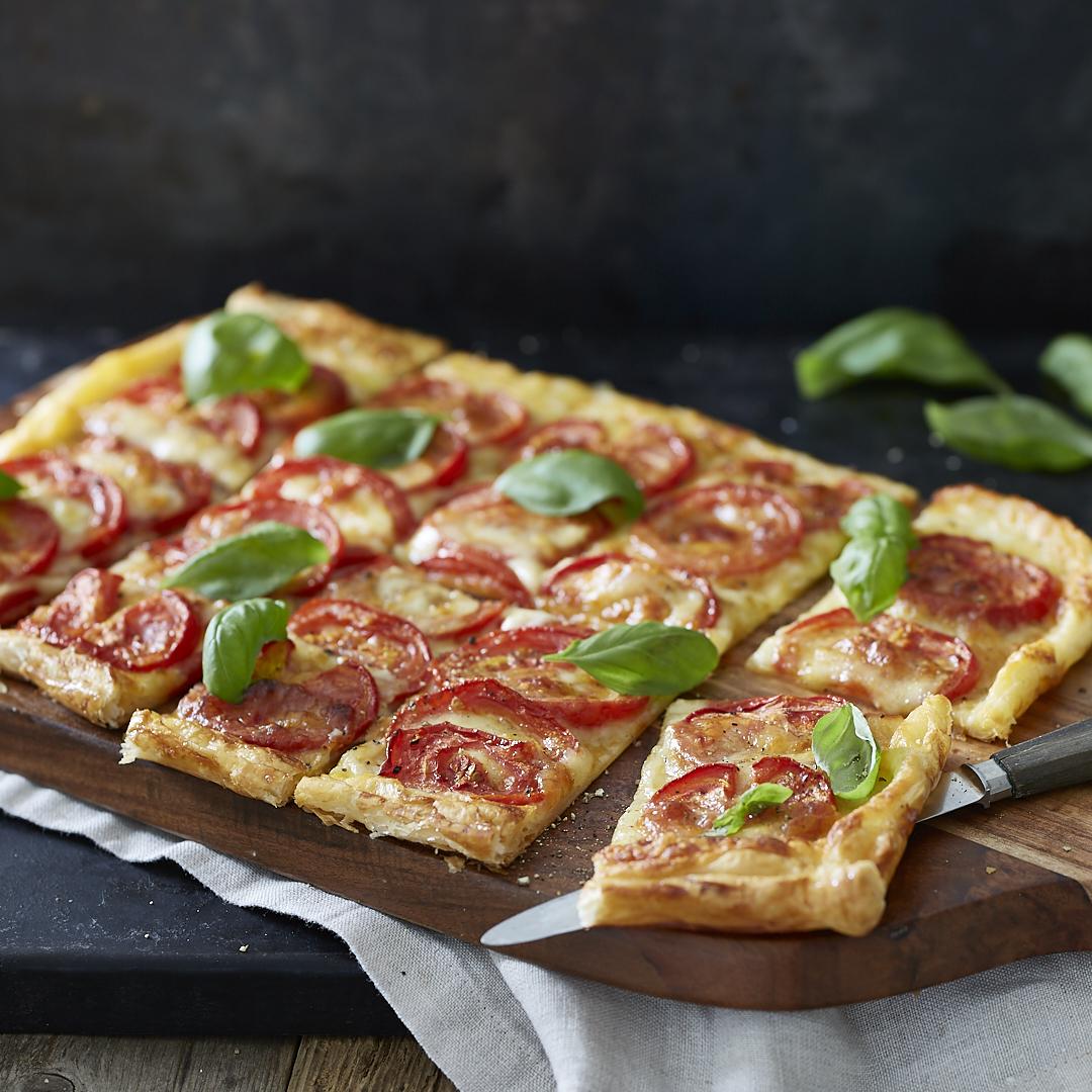 Schnelle Tomaten-Mozzarella-Tarte auf Blätterteigboden