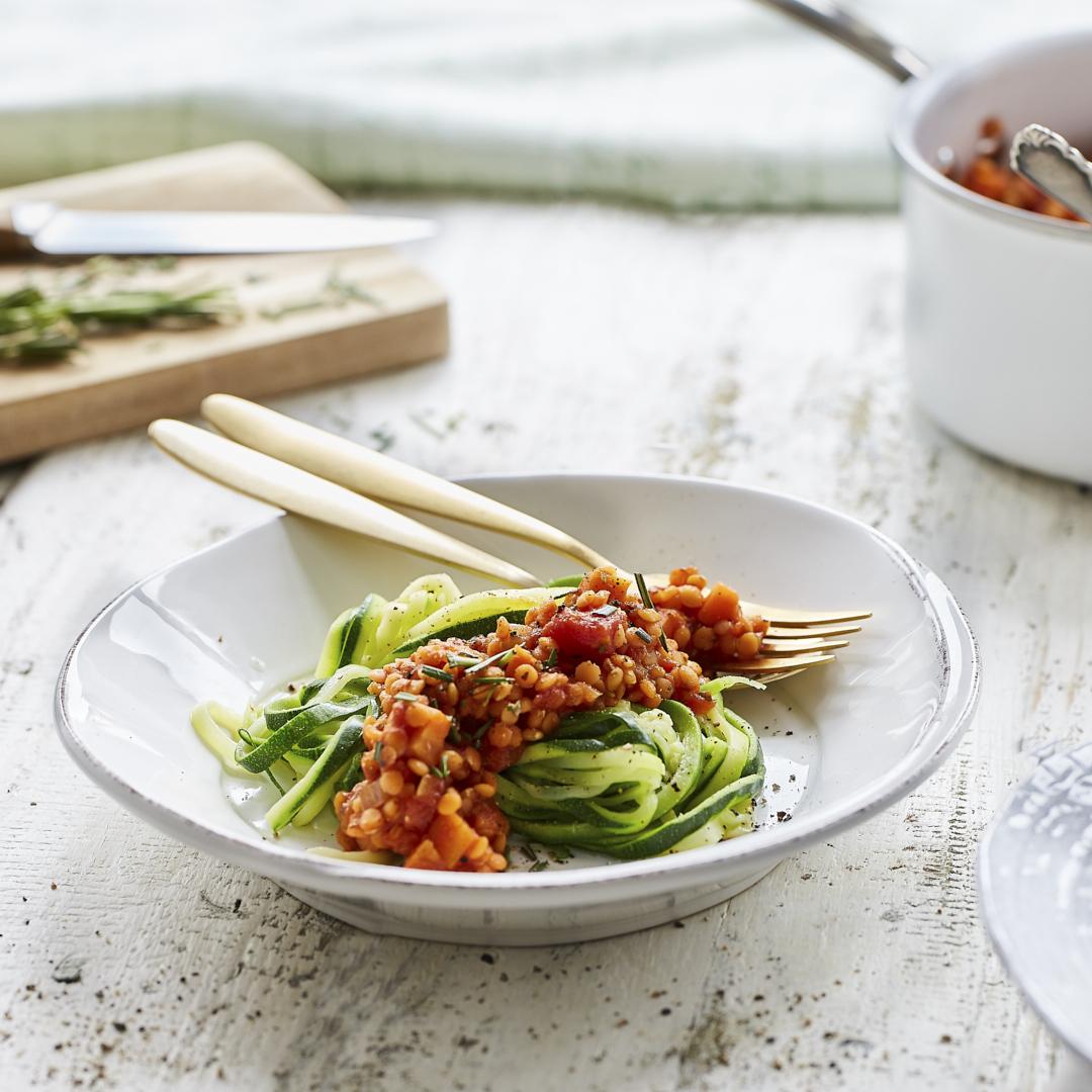 zucchini spaghetti mit veganer linsenbolognese. Black Bedroom Furniture Sets. Home Design Ideas