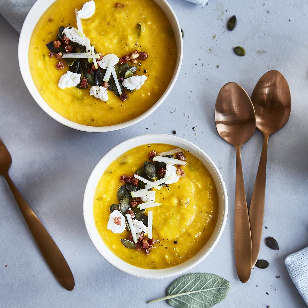 Geröstete Kürbissuppe mit Apfel und Speck: Vom Backofen in den Suppentopf