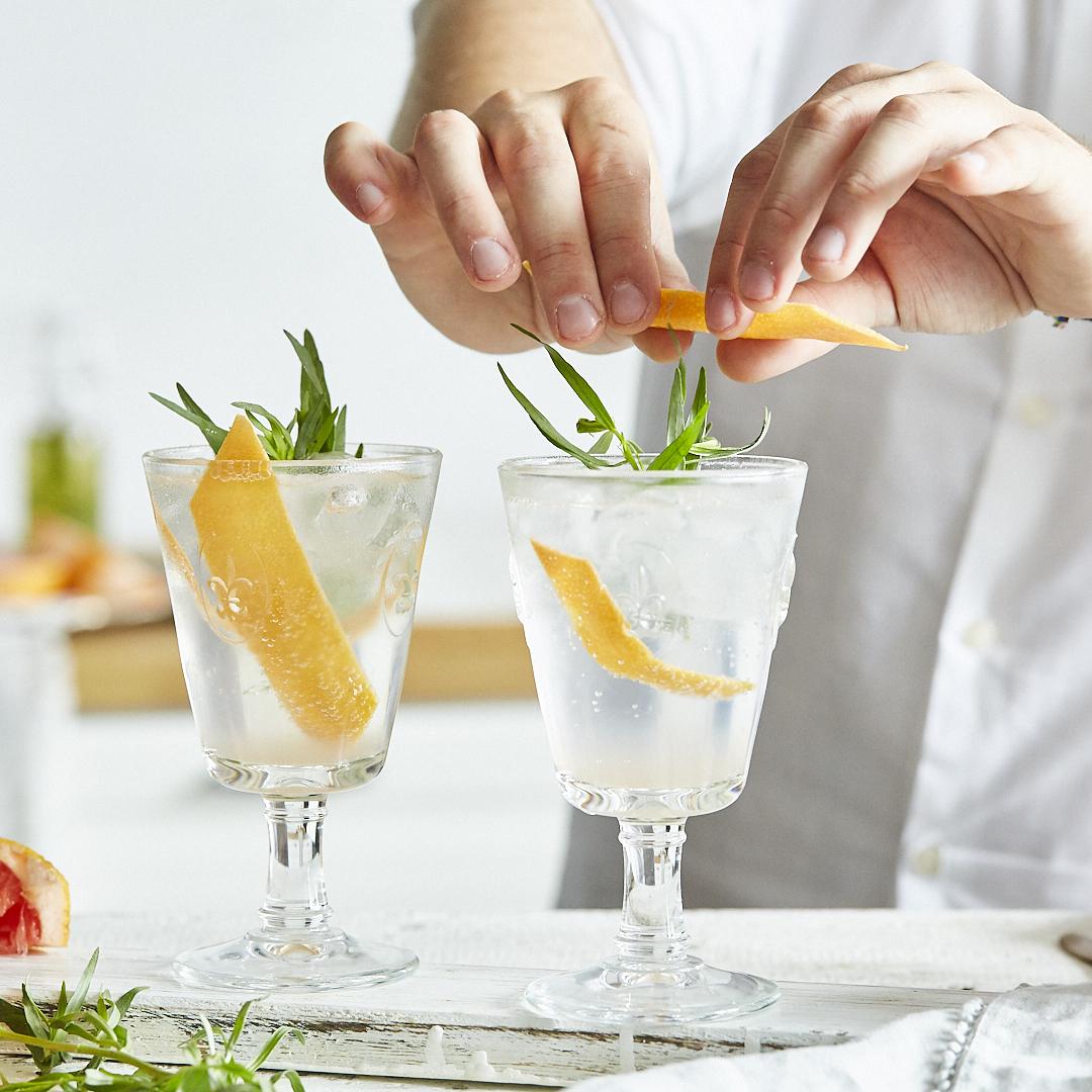 gin tonic mit grapefruit und estragon. Black Bedroom Furniture Sets. Home Design Ideas