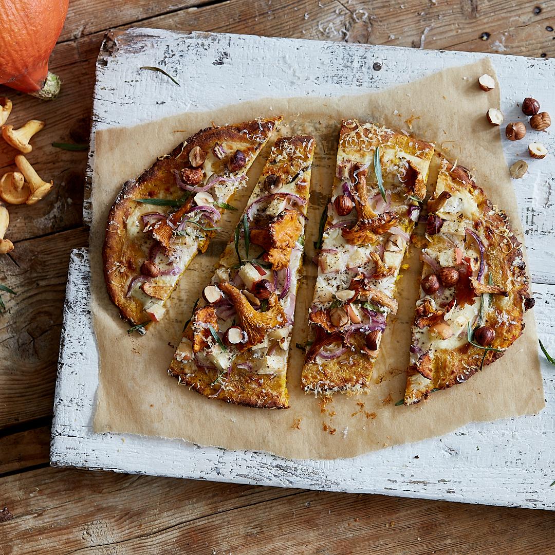 Paleo Kürbis-Pizza mit Pfifferlingen und Haselnüssen