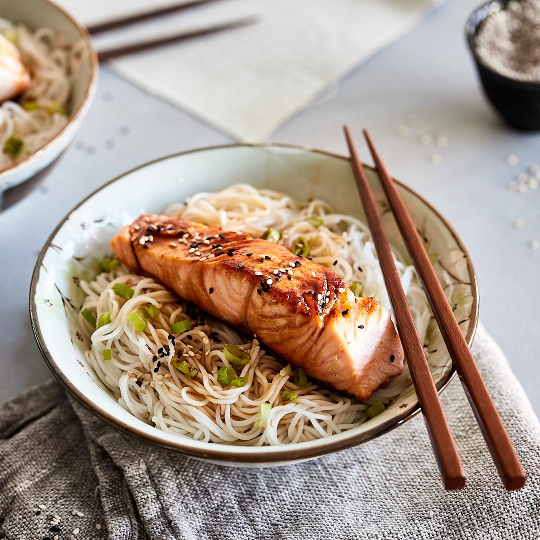 Schnell in den feierabend lachs mit teriyaki nudeln for Kochtipps schnell