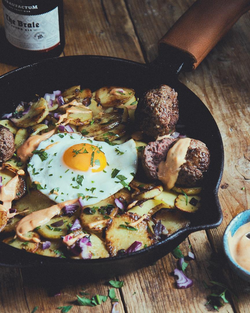 Bratkartoffelpfanne mit Hackbällchen und Paprika-Aioli