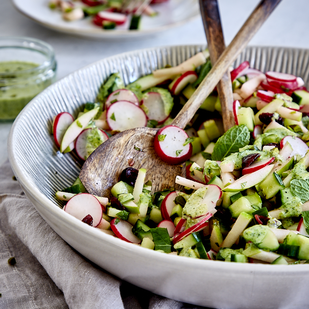 Schneller Radieschensalat mit Gurke und Minz-Pistazien-Dressing