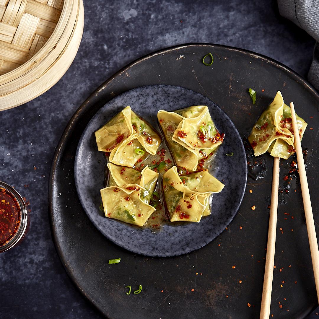 Vegetarische Wan Tan mit Spinat in Chiliöl